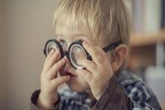 小孩视觉不良会有哪些表现?