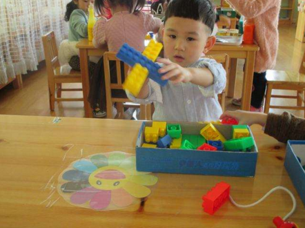 儿童玩玩具易损坏