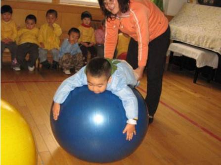 大笼球训练提升孩子平衡能力