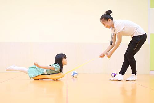 小孩在做感统训练