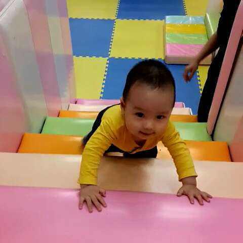 1岁宝宝感统训练爬楼梯