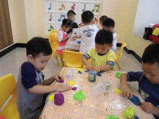儿童玩橡皮泥强化触觉功能的感统训练方法