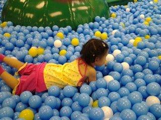 儿童浮力球池训练强化触觉功能的感统训练方法
