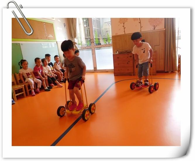 儿童平衡脚踏车使用图