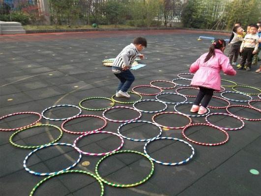 儿童呼啦圈使用图