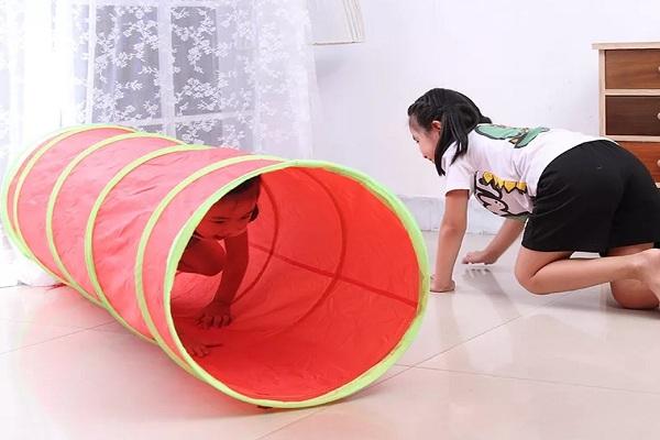 儿童爬行隧道使用图