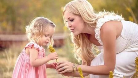 妈妈陪孩子做触觉感统训练