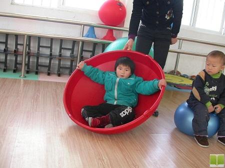 孩子正在做感统训练的游戏